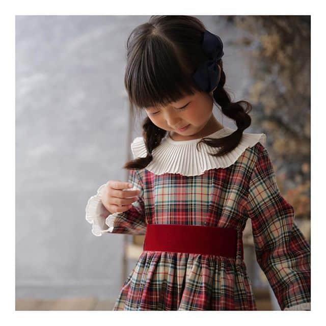 Amaia Kids ♥The family♡写真ワンピース: Pompadour dressアマイアキッズのタータンチェック柄クリスマスコレクション♡同じ生地を使用した子ども服のリンクコーディネートはアマイアキッズデザイナー、アマイアの故郷スペインの伝統的な着こなしスタイル。上の子にはあの服、下の子にはあの服、リンクコーディネートを考える時間はママの至福の時♡スタジオコフレさんで衣装としてお選びいただけます。撮影@studiocoffret大阪梅田店 @studiocoffret_umeda 東京青山店 @studiocoffret_aoyama 「キャッシュレス・消費者還元制度」でオンラインショップにてクレジットカードご利用のお客様はお支払い金額の5%還元中︎↓↓https://bonitatokyo.com/#アマイアキッズ専門店 #ボニータトウキョウ #bonitatokyo #amaiakids #アマイアキッズ #シャーロット王女 #キャサリン妃 #ジョージ王子 #海外子供服 #女の子ママ #子供服 #女の子服 #女の子ベビーママ #ベビー服 #ベビー用品 #出産祝い #ママライフ #むすめふく #キッズフォーマル #子どものいる暮らし #女の子モデル #クリスマスコーデ #兄弟リンクコーデ
