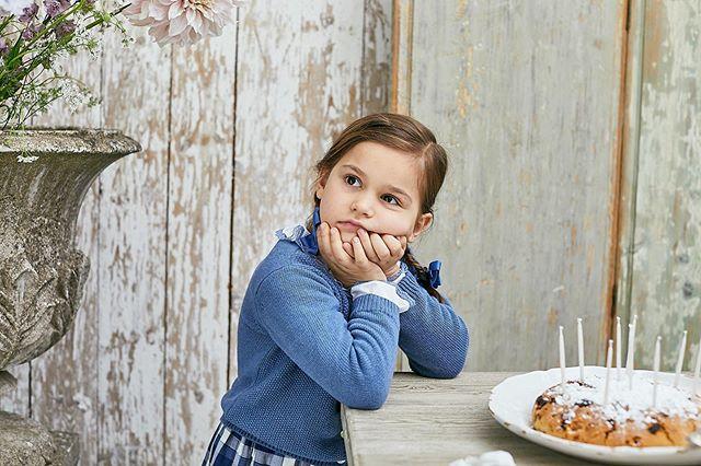 Amaia Kids ♥Style for our kidsアマイアキッズのロイヤルブルーでお上品なスタイリング。写真トップス: Chelsea Topカーディガン: Moana Cardiganスカート: Mona dressヘアクリップ: Royal blue★11月4日(月)までギフトボックスを一箱プレゼント!HPに記載してあるクーポンコードをご利用ください。クリスマスプレゼントや出産祝いに是非ご検討ください。「キャッシュレス・消費者還元制度」でオンラインショップにてクレジットカードご利用のお客様はお支払い金額の5%還元中︎↓↓https://bonitatokyo.com#アマイアキッズ専門店 #ボニータトウキョウ #bonitatokyo #amaiakids #アマイアキッズ #シャーロット王女 #キャサリン妃 #ジョージ王子 #海外子供服 #女の子ママ #子供服 #女の子服 #女の子ベビーママ #ベビー服 #ベビー用品 #出産祝い #ママライフ #むすめふく #女の子ファッション #こどものいる暮らし #兄弟リンクコーデ #クリスマス準備