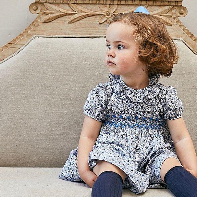 Amaia Kids ♥リバティプリント x スモック刺繍♡写真ワンピース: Moohren dress liberty blue小さな花柄が可愛いリバティ生地を使用したブルーフローラルのスモッキング刺繍ワンピース。胸元のスモッキング刺繍はブルーとライトブルーの2色の糸を使用し、スペインの職人により施されています。★11月4日(月)までギフトボックスを一箱プレゼント!HPに記載してあるクーポンコードをご利用ください。クリスマスプレゼントや出産祝いに是非ご検討ください。「キャッシュレス・消費者還元制度」でオンラインショップにてクレジットカードご利用のお客様はお支払い金額の5%還元中︎↓↓https://bonitatokyo.com#アマイアキッズ専門店 #ボニータトウキョウ #bonitatokyo #amaiakids #アマイアキッズ #シャーロット王女 #キャサリン妃 #ジョージ王子 #海外子供服 #女の子ママ #子供服 #女の子服 #女の子ベビーママ #ベビー服 #ベビー用品 #出産祝い #ママライフ #むすめふく #女の子ファッション #赤ちゃんのいる生活  #リバティ子供服 #スモッキング刺繍 #スモックワンピース #スモッキングワンピース #リバティ #クリスマス準備 #ギフトボックス #プレゼントキャンペーン
