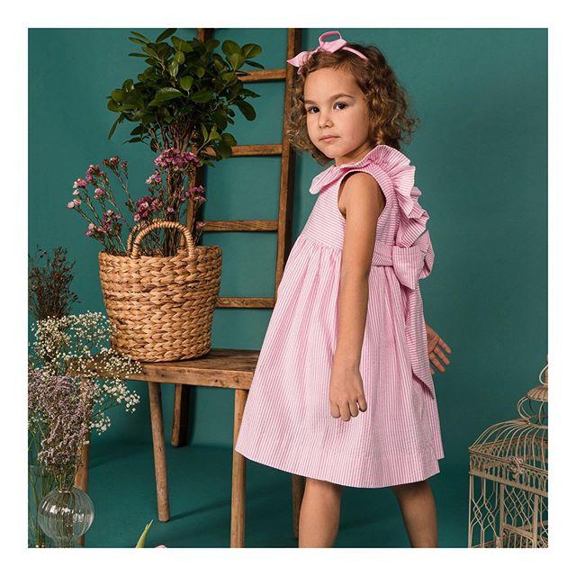 Amaia Kids ♥Poppy dress.背中のVカットとその下で結ぶ華やかなリボンが印象的な一枚。今シーズンのPoppy dressはピンクと白のストライプ柄サッカー生地を使用しています。【期間限定】5月6日(水)23:59までキャンペーン実施中↓↓︎Amaia Kids(アマイアキッズ)の一部商品が最大20% OFF! ︎通常100円毎に1ポイントが貯まるオンラインショップにて、100円毎に10ポイントが貯まります。嬉しいポイント10倍!↓↓オンラインショップhttps://bonitatokyo.com︎「キャッシュレス・消費者還元制度」でオンラインショップにてクレジットカードご利用のお客様はお支払い金額の5%還元中。︎ Amaia Kids (アマイアキッズ)で使用したリバティファブリックで作られた未発売のブランドオリジナルポーチを『税抜35,000円以上』お買上げのお客様にプレゼント【個数限定】詳しくはHPをご覧ください。↓↓ショップ伊勢丹新宿店本館6階(現在臨時休業中)#bonitatokyo #amaiakids #アマイアキッズ #アマイアキッズ専門店 #シャーロット王女 #キャサリン妃 #ジョージ王子 #ルイ王子 #女の子服 #女の子ママ #女の子ベビー #夏服 #出産祝い #ママライフ #むすめふく #娘コーデ