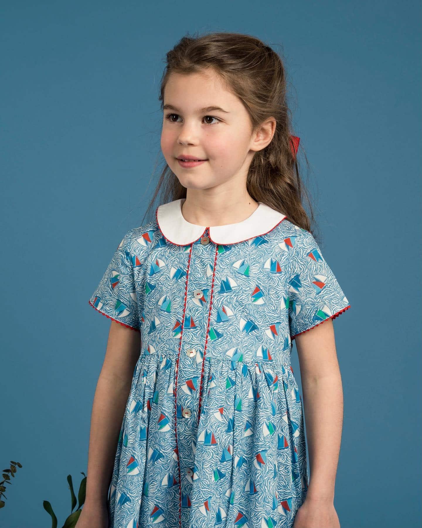 マリン柄リバティ️販売開始から大人気のCarole dress。シャーロット王女のお気に入りのデザインということもあって、毎年大人気のAmaia Kidsのワンピース️今年は同じリバティ生地のバッグもございますワンピースは既に完売サイズもございますので、気になる方はお早めにチェックしてみてください📸9枚目の二枚襟がキュートなチェック柄Caroline dressも人気です——————————————————Happy Royal Anniversary ポイント10倍キャンペーン!■4月29日(木)0:00 〜 5月5日(水)23:59■通常100円毎に1ポイントが貯まるオンラインショップにて、100円毎に10ポイントが貯まります。嬉しいポイント10倍!貯まったポイントは次回のお買い物の際に100ポイント100円として使用可能です。🛍◉また「母の日」にキャサリン妃ご愛用の婦人マスクやブラウス、バッグをギフトにされるお客様へ、作家さん手描きの「母の日カード」をプレゼント中。詳しくはHPをご覧ください@bonitatokyo︎ONLINE STOREhttps://bonitatokyo.com#bonitatokyo #amaiakids #アマイアキッズ #シャーロット王女 #キャサリン妃 #イギリス王室 #出産祝い #女の子服 #初節句 #リバティワンピース #リバティ生地